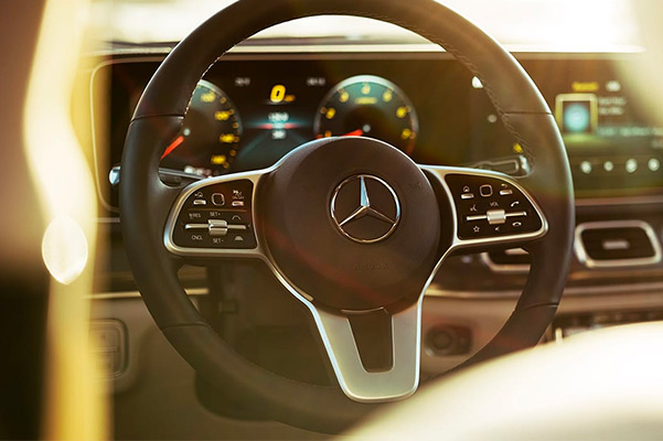 Touch interfaces include steering-wheel buttons, a touchscreen and a console touchpad